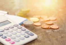 Begrepp för redovisning för affär för objekt för räknemaskinpengarfinans som räknar myntpengarräknemaskinen och anmärkningspapper fotografering för bildbyråer