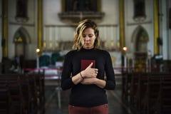Begrepp för religion för kvinnaanseendekyrka royaltyfri foto