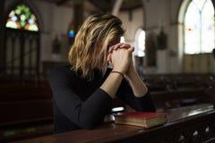 Begrepp för religion för kvinnasammanträdekyrka royaltyfria bilder