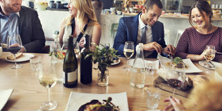 Begrepp för restaurang för möte för matställe för lunch för affärsfolk Arkivbilder