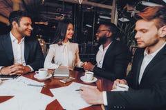 Begrepp för restaurang för möte för matställe för affärsfolk royaltyfria foton