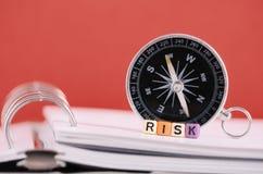 Begrepp för riskledning Riskordkub på boken över kompasset och arkivbild