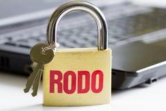 Begrepp för Rodo personligt dataskydd med hänglåset och bärbara datorn royaltyfri fotografi