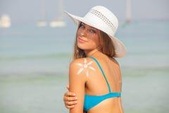 Begrepp för säkert solbada, kvinna med solkräm royaltyfri bild