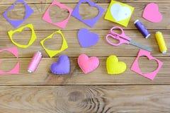 Begrepp för sömnadhjärtor DIY Sy hjärtor tillverkar för dag för valentin` s, fostrar dag för ` s eller att gifta sig spelrum med  Fotografering för Bildbyråer
