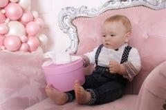 Begrepp för ` s för nytt år för familj Ett gulligt behandla som ett barn pojken står i en stol Royaltyfria Bilder