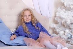 Begrepp för ` s för nytt år för familj Stående av en gullig blond flicka arkivbild