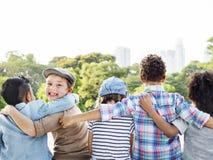 Begrepp för samhörighetskänsla för rolig lycka för barn för ungar skämtsam Retro arkivbilder
