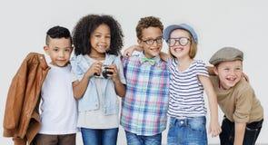 Begrepp för samhörighetskänsla för rolig lycka för barn för ungar skämtsam Retro royaltyfri foto
