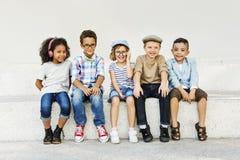 Begrepp för samhörighetskänsla för rolig lycka för barn för ungar skämtsam Retro fotografering för bildbyråer