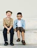 Begrepp för samhörighetskänsla för rolig lycka för barn för ungar skämtsam Retro royaltyfri fotografi