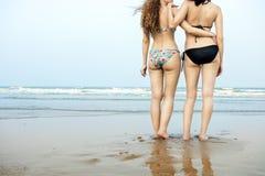 Begrepp för samhörighetskänsla för semester för ferie för flickastrandsommar royaltyfri foto