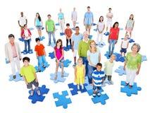 Begrepp för samhörighetskänsla för stort gruppfolk stående Arkivfoton