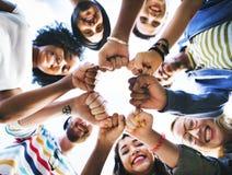 Begrepp för samhörighetskänsla för vänkamratskapnäve royaltyfria bilder