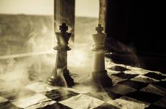 begrepp för schackbrädelek av affärsidé- och konkurrens- och strategiidéconcep Schackdiagram på en mörk bakgrund med smok Arkivbild