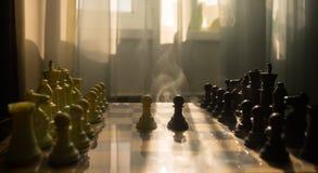 begrepp för schackbrädelek av affärsidé- och konkurrens- och strategiidéconcep Schackdiagram på en bakgrund med fönstret Royaltyfri Foto