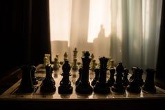 begrepp för schackbrädelek av affärsidé- och konkurrens- och strategiidéconcep Schackdiagram på en bakgrund med fönstret Arkivfoton