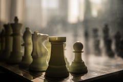 begrepp för schackbrädelek av affärsidé- och konkurrens- och strategiidéconcep Schackdiagram på en bakgrund med fönstret Royaltyfria Bilder
