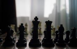 begrepp för schackbrädelek av affärsidé- och konkurrens- och strategiidéconcep Schackdiagram på en bakgrund med fönstret Arkivfoto