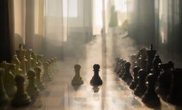 begrepp för schackbrädelek av affärsidé- och konkurrens- och strategiidéconcep Schackdiagram på en bakgrund med fönstret Royaltyfri Fotografi