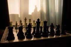 begrepp för schackbrädelek av affärsidé- och konkurrens- och strategiidéconcep Schackdiagram på en bakgrund med fönstret Royaltyfri Bild
