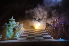 begrepp för schackbrädelek av affärsidé- och konkurrens- och strategiidéconcep Schackdiagram på en mörk bakgrund med smok Royaltyfri Fotografi