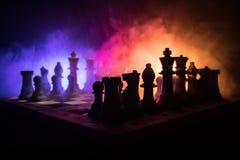 begrepp för schackbrädelek av affärsidé- och konkurrens- och strategiidéconcep Schackdiagram på en mörk bakgrund med smok Arkivfoton