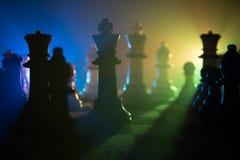 begrepp för schackbrädelek av affärsidé- och konkurrens- och strategiidéconcep Schackdiagram på en mörk bakgrund med smok Royaltyfri Bild