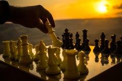 begrepp för schackbrädelek av affärsidéer och konkurrens- och strategiidéer Schackdiagram på en utomhus- solnedgångbackgr för sch Royaltyfri Bild