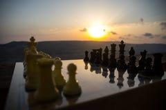 begrepp för schackbrädelek av affärsidéer och konkurrens- och strategiidéer Schackdiagram på en utomhus- solnedgångbackgr för sch Royaltyfri Foto