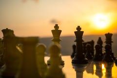 begrepp för schackbrädelek av affärsidéer och konkurrens- och strategiidéer Schackdiagram på en utomhus- solnedgångbackgr för sch Fotografering för Bildbyråer