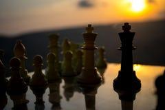 begrepp för schackbrädelek av affärsidéer och konkurrens- och strategiidéer Schackdiagram på en utomhus- solnedgångbackgr för sch Royaltyfria Bilder