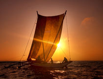 Begrepp för segelbåt för fiskarekatamaransolnedgång Royaltyfri Foto