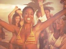 Begrepp för semester för ferie för sommar för parti för folkberömstrand Royaltyfri Bild