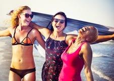Begrepp för semestrar för strand för kvinnlighetflickasommar arkivbild