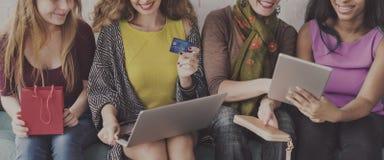 Begrepp för shopping för flickakamratskapsamhörighetskänsla online- arkivbilder