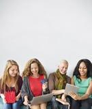Begrepp för shopping för flickakamratskapsamhörighetskänsla online- royaltyfria bilder