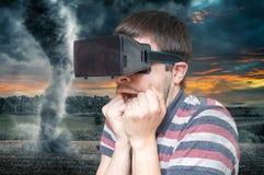 begrepp för simulering 3D Mannen bär virtuell verklighethörlurar med mikrofon och skrämt från tromb och storm Arkivbilder