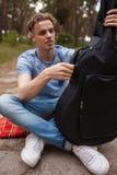Begrepp för sittvagn för natur för liv för man för gitarrspelare Royaltyfri Foto