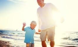Begrepp för sommar för faderSon Playing Soccer strand arkivfoto