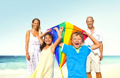 Begrepp för sommar för ferie för familjstrandnjutning arkivbild