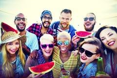 Begrepp för sommar för lycka för kamratskap för strandpartimatställe royaltyfria bilder