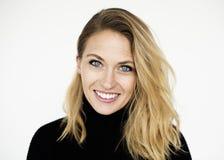 Begrepp för stående för studio för kvinna för blått öga gladlynt le fotografering för bildbyråer