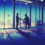 Begrepp för stad för kontor för skaka för hand för affärsfolk arkivbilder