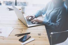Begrepp för studentarbetsprocess Funktionsdugligt universitetprojekt för ung flicka med den generiska designbärbara datorn Smartp Arkivfoto
