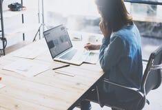 Begrepp för studentarbetsprocess Funktionsdugligt universitetprojekt för ung kvinna med den generiska designbärbara datorn Analys Arkivfoto