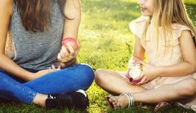 Begrepp för systerGirls Talk Picnic samhörighetskänsla utomhus Royaltyfri Bild