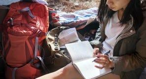 Begrepp för tält för flickahandstiltidskrift Arkivbilder
