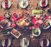 Begrepp för tabell för julfamiljmatställe Arkivfoton