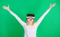 begrepp för teknologi 3d, virtuell verklighet-, underhållning-, cyberspace- och folk Lycklig kvinna som undersöker den ökade värl royaltyfri foto